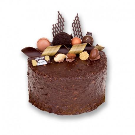 Tort z klasyczną dekoracją oblany czekoladą z chrupkami